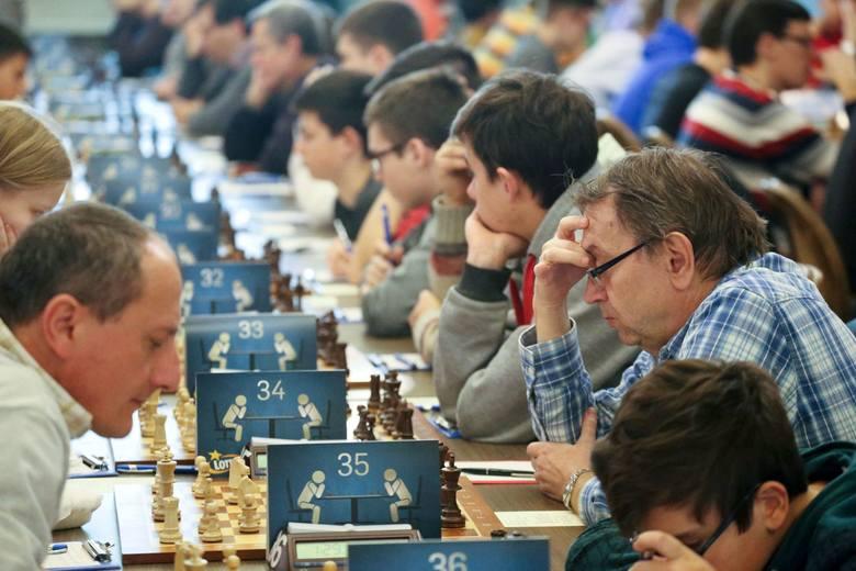 Początek kolejnej rundy partii. Pierwszy z prawej zwycięzca turnieju A arcymistrz Bartłomiej Heberla