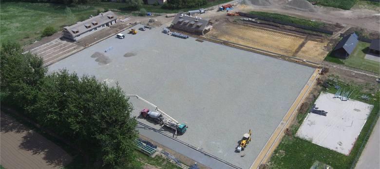 Budowa gminnego centrum sportu trwa od lipca ubiegłego roku. Inwestycja w Staniątkach pochłonie niemal 10 mln zł