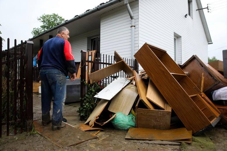 Powódź w Łapanowie. Powodzianie liczą straty i robią remonty. Tylko wieczorami, po całym dniu, pozwalają sobie na łzy bezsilności [REPORTAŻ]