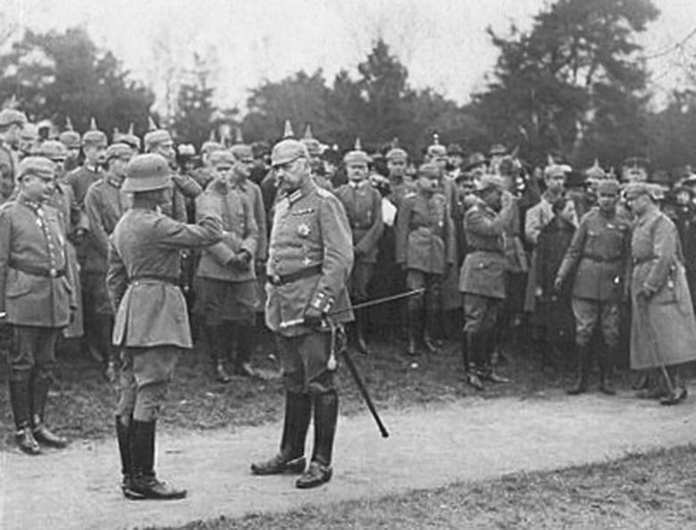 Naczelny dowódca wojsk Republiki Weimarskiej, feldmarszałek Paul von Hindenburg (na pierwszym planie, przodem) podczas defilady zorganizowanej 16 kwietnia