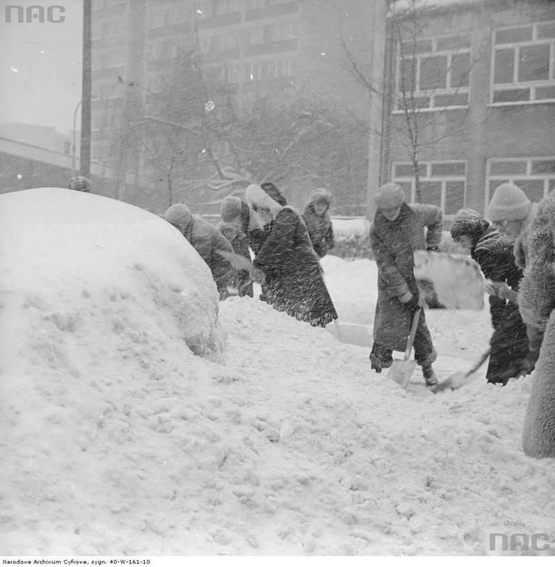 Odśnieżanie chodnika w czasie Zimy Stulecia