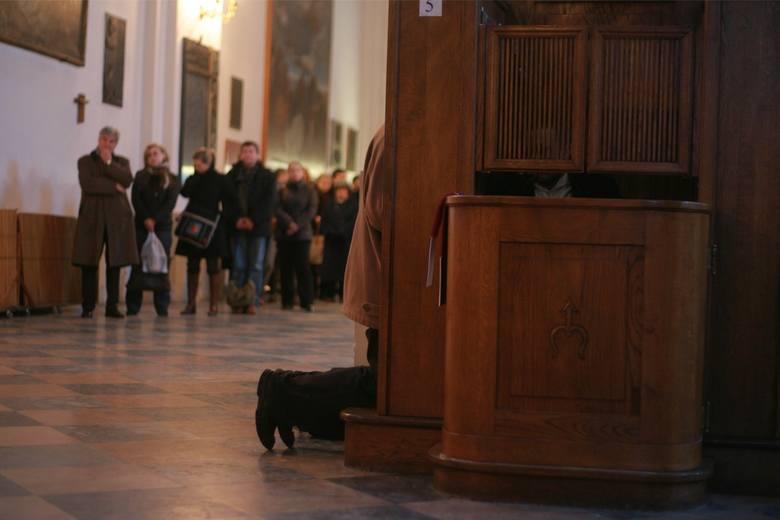 Wielka Sobota to ostatni dzień, w którym w poznańskich kościołach dyżurują spowiednicy. Sprawdź, w jakich godzinach kapłani czekają w konfesjonałach