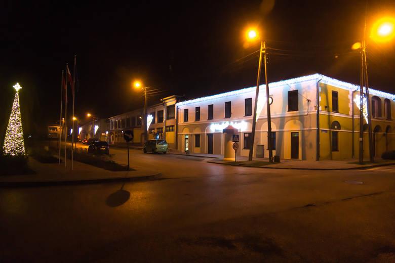 Choinka przed zabytkowym budynkiem Urzędu Miejskiego oraz iluminacje świąteczne na terenie Solca nad Wisłą są już gotowe na nadchodzące święta Bożego