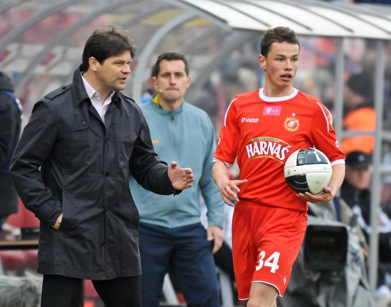 Trener Radosław Mroczkowski udziela dobrych rad