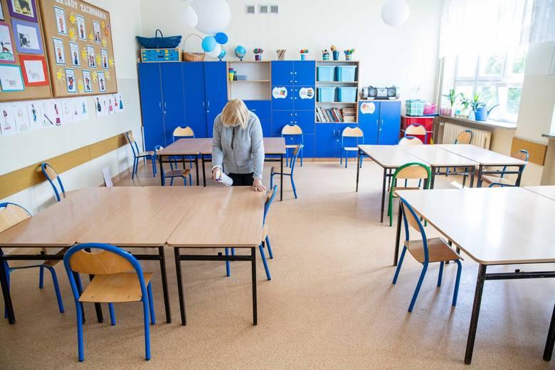 Przygotowania do przyjęcia uczniów w szkole podstawowej.