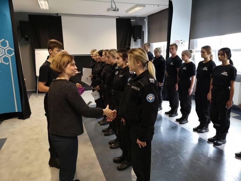 W Policyjnym Liceum Ogólnokształcącym przy Zespole Szkół Informatycznych w Słupsku odbyło się uroczyste wręczenie złotych pagonów uczniom klas policyjnych