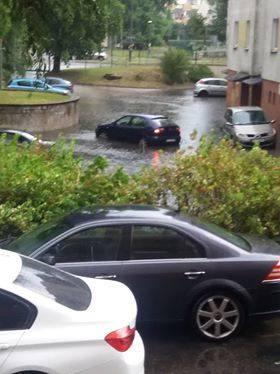 Wczoraj i dziś (13.07) przez Toruń przeszła ulewa. Deszcz był na tyle obfity, że pod wodą znalazły się wnętrza Centrum Bumar u zbiegu Lelewela i Grudziądzkiej. Zobaczcie też co działo się na ulicy Fałata, przy Wałach gen. Sikorskiego, Świętopełka... ! <br /> <br /> Ulewa w Toruniu. Ulica...