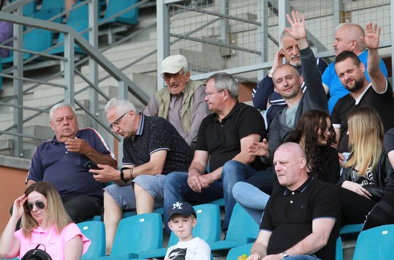 W sobotnim trzecioligowym meczu piłkarze Siarki Tarnobrzeg przegrali z rezerwami Korony Kielce 1:2. Mamy dla Was galerię zdjęć kibiców z tego spotkania.