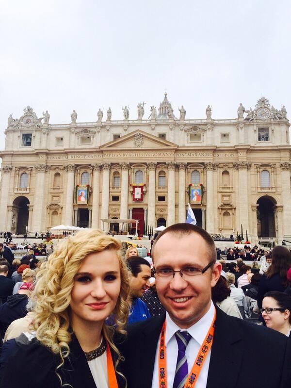 – Pozdrowienia z Watykanu – Plac Świętego Piotra – napisał na Twitterze Szeliga i wrzucił swoje zdjęcie z żoną na tle Bazyliki Świętego Piotra.