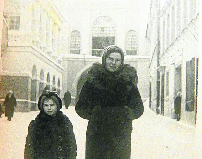 Pani Krystyna wraca z Ostrej Bramy. Wraz z mamą, którą czekała operacja, modliły się tam o jej zdrowie.