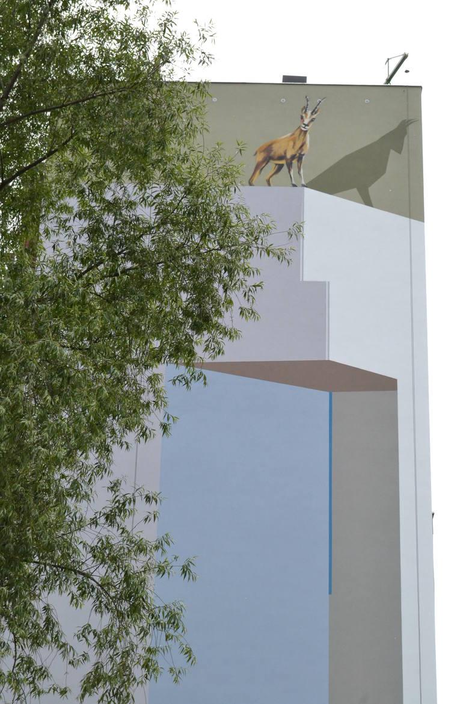 Ze ściany 10-piętrowego bloku na osiedlu Karpackim spogląda kozica stojąca nad  oblodzonym urwiskiem skalnym. Tatrzańska kozica spoziera ze szczytu wysokiej ściany także na ruchliwą aleję Andersa.  <br /> <br /> Projekt powstał w nawiązaniu do szczytu Mnich w Tatrach, kt&oacute;ry znajduje się...