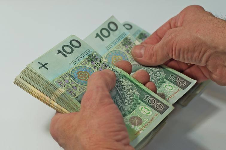Zgodnie z prawem, z wynagrodzenia za pracę - po odliczeniu składek na ubezpieczenia społeczne oraz zaliczki na podatek dochodowy od osób fizycznych -