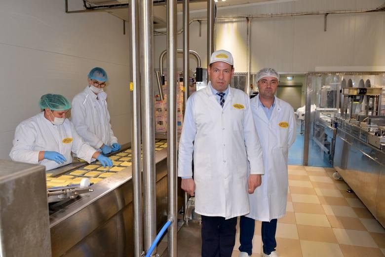 Od lewej Ryszard Pizior, prezes włoszczowskiej spółdzielni oraz Marcin Cieślikiewicz, kierownik działu konfekcjonowania sera, prezentują najnowocześniejszą