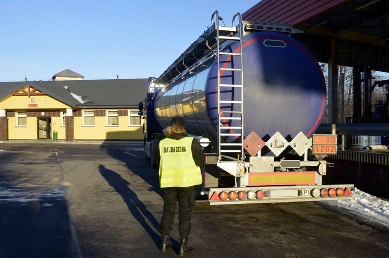 W wyniku wzmożonych kontroli ukierunkowanych na zwalczanie szarej strefy w obszarze paliw celnicy z Suwałk i Budziska na drodze krajowej nr 8 zatrzymali