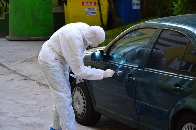 Samochód, którym sprawcy uciekli z miejsca zdarzenia, stał zaparkowany przy ul. Wojska Polskiego w Koszalinie. Dzisiaj w godzinach popołudniowych policja