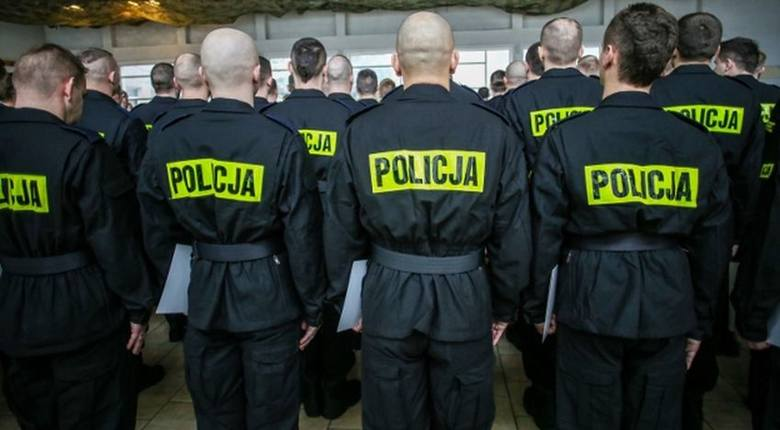 """Ciekawiło was kiedyś ile zarabiają średnio policjanci?  Sprawdziliśmy to dla was w ramach naszego cyklu """"Regionalna Lista Płac"""".1 listopada"""