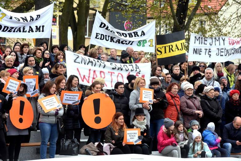 """Akcja wsparcia dla strajkujących pedagogów pod hasłem """"Lekcja solidarności z Nauczycielami"""". Co najmniej kilkaset osób zjawiło się"""