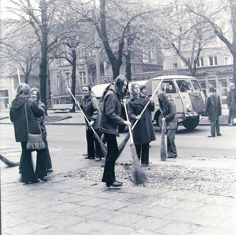 Prace porządkowe jesienią 1973 na al. Wojska Polskiego