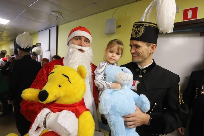 Górnicy z Bełchatowa przywieźli prezenty dla małych pacjentów Centrum Zdrowia Matki Polki