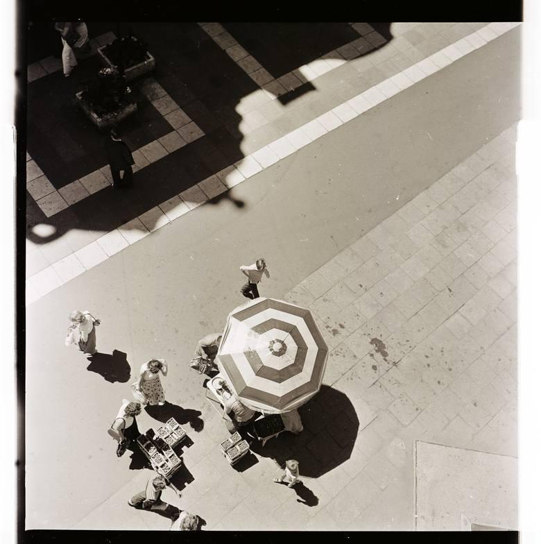 Zdjęcia nie mają dat. Tylko po tym, co prezentują, można w przybliżeniu określić lata, w których robił je Czesław Łuniewicz, znany i nie żyjący już fotograf.