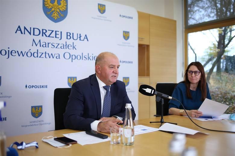 Marszałek Andrzej Buła i dyrektor Karina Bedrunka podczas konferencji z udziałem samorządowców poświęconej programowi.