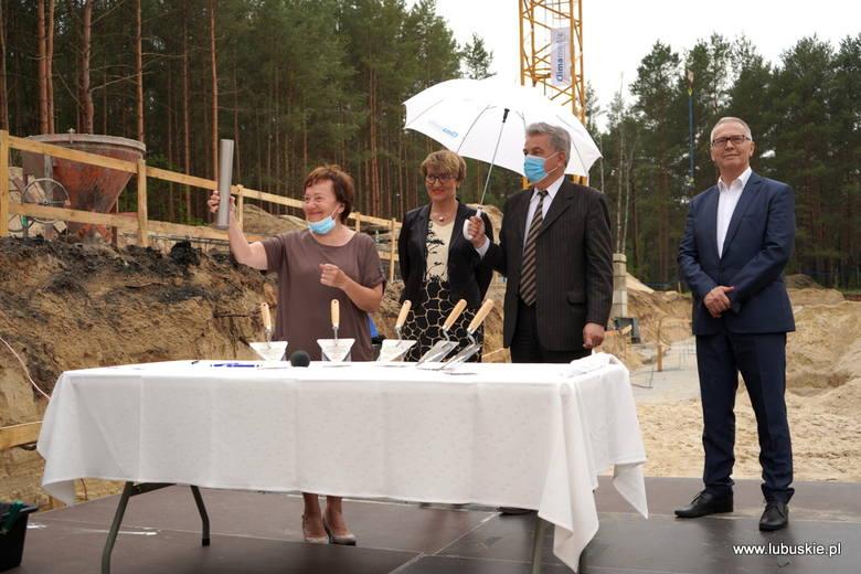 Symboliczny moment rozpoczęcia budowy bloku operacyjnego w szpitalu w Nowej Soli.