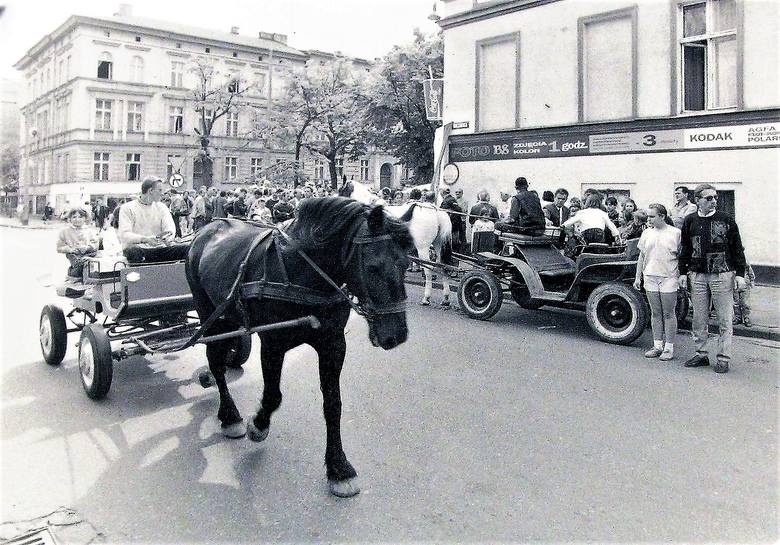 1995 rok., konne bryczki na skrzyżowaniu al. Wojska Polskiego podczas uroczystej zmiany nazwy poprzecznej ul. 22 Lipca na ul. Wileńską