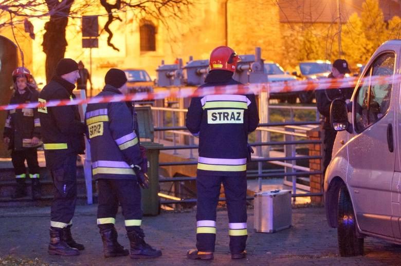 W niedzielę, 9 grudnia po południu straż pożarna otrzymała zgłoszenie, że na kracie przy małej elektrowni wodnej przy alei Wolności w Kaliszu znajduje