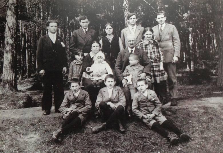 Rok 1932 - Józefa i Stanisław Karalusowie z dziećmi i wnukami