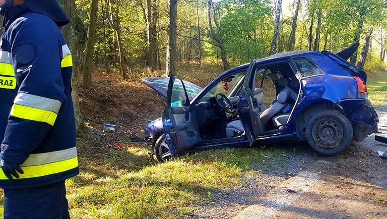 Jadący od strony Augustowa 25-letni kierowca najprawdopodobniej podczas manewru wyprzedzania stracił kontrolę nad pojazdem, wypadł z drogi i tyłem auta