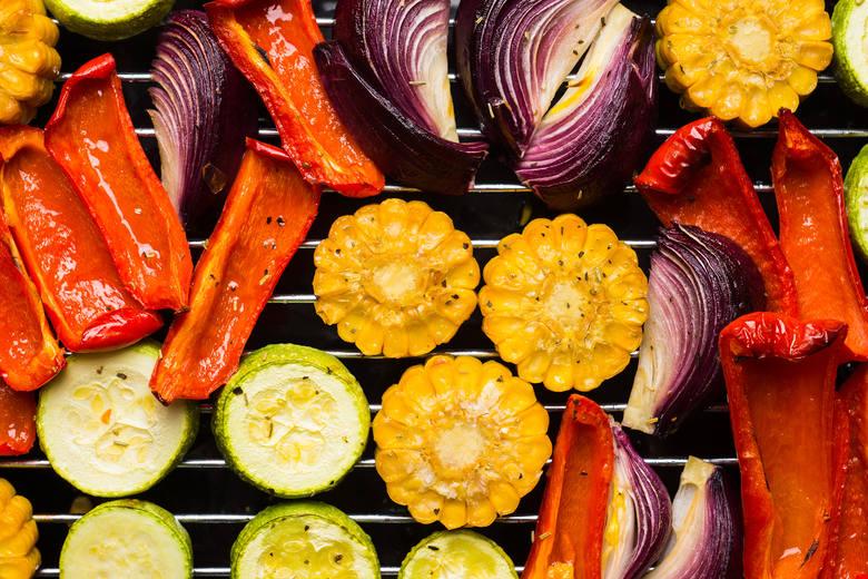 Vege grill w sam raz na upały: przepisy na zdrowe dania z rusztu. Alternatywa dla tłustego grilla mięsnego