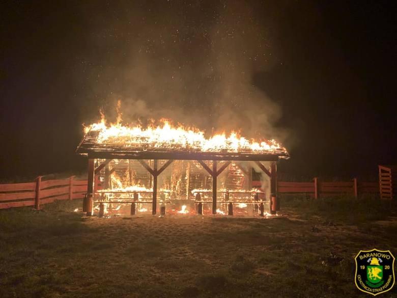 Pożar wiaty przystani kajakowej w Czarnotrzewiu