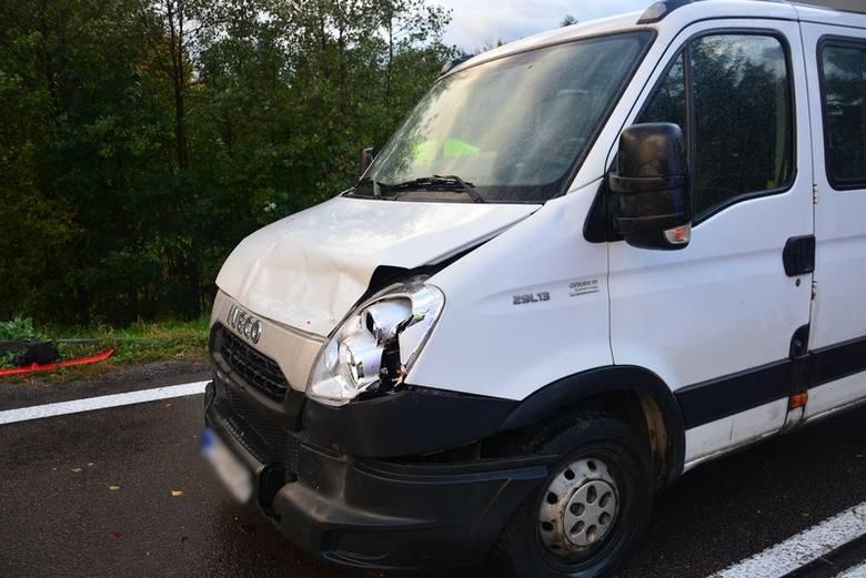 Niezachowanie bezpiecznej odległości między pojazdami było prawdopodobną przyczyną zderzenia się dostawczego iveco z seatem w Woli Komborskiej. W wyniku