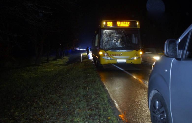 51-letni kierowca autobusu jadąc w kierunku Słupska potrącił pieszego, poruszającego się w tym samym kierunku. Pieszy prawdopodobnie wtargnął pod autobus.Policja