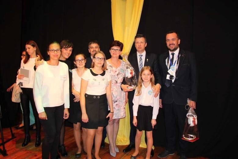 Gratulacje dla dyrektora Szkoły Podstawowej w Osieku. Na jednej scenie z Jurkiem Owsiakiem