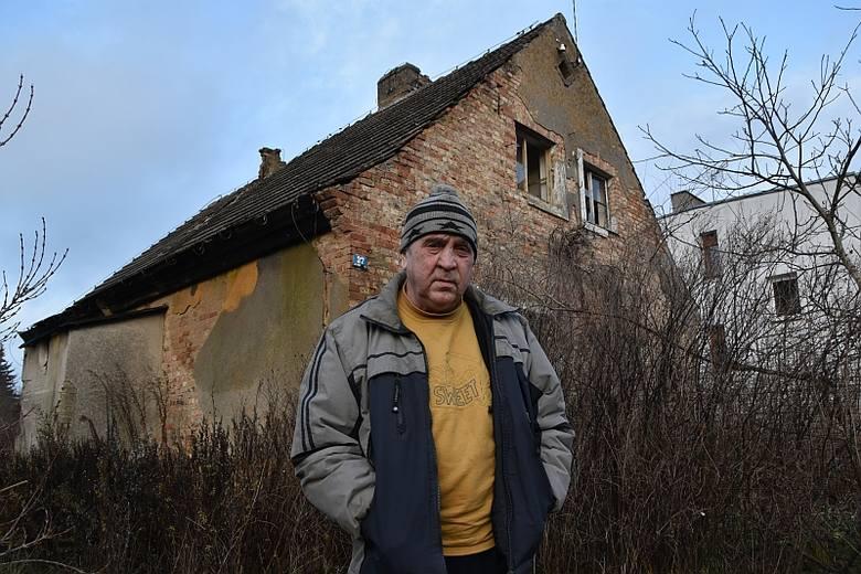 Jerzy Zalewski mieszka na  poddaszu sypiącej się kamieniczki w centrum Strzelec. Utrzymuje się z zasiłków i zbierania aluminiowych puszek. Uważa, że