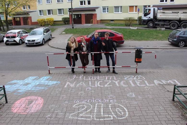 Ogólnopolska Akcja Kreda! zawitała również do Bydgoszczy. Uczniowie postanowili pokazać nauczycielom, że popierają ich protest i napisali o tym kredą