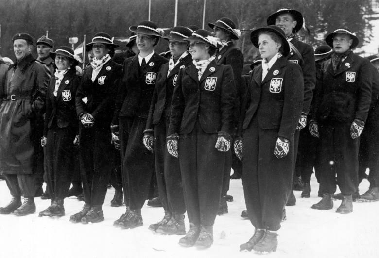 Otwarcie mistrzostw świata w narciarstwie klasycznym FIS. Reprezentacja Polski. Marusarzówna czwarta od prawej. Zakopane, 1939 r.
