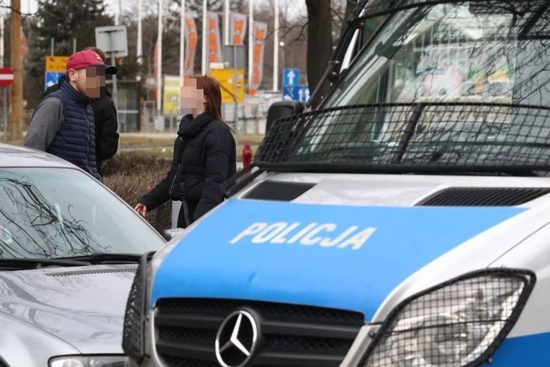 Wrocławska prokuratura postawiła dwóm mężczyznom zarzuty związane z seksualnym nękaniem nastolatki z okolic Chełmży. Grozi im do 3 lat więzienia.>>>>>CZYTAJ