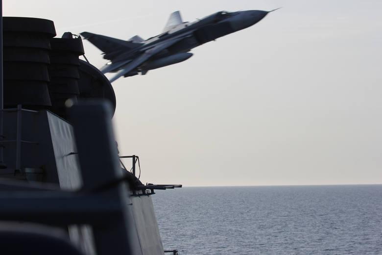 Su-24 nad USS Donald Cook