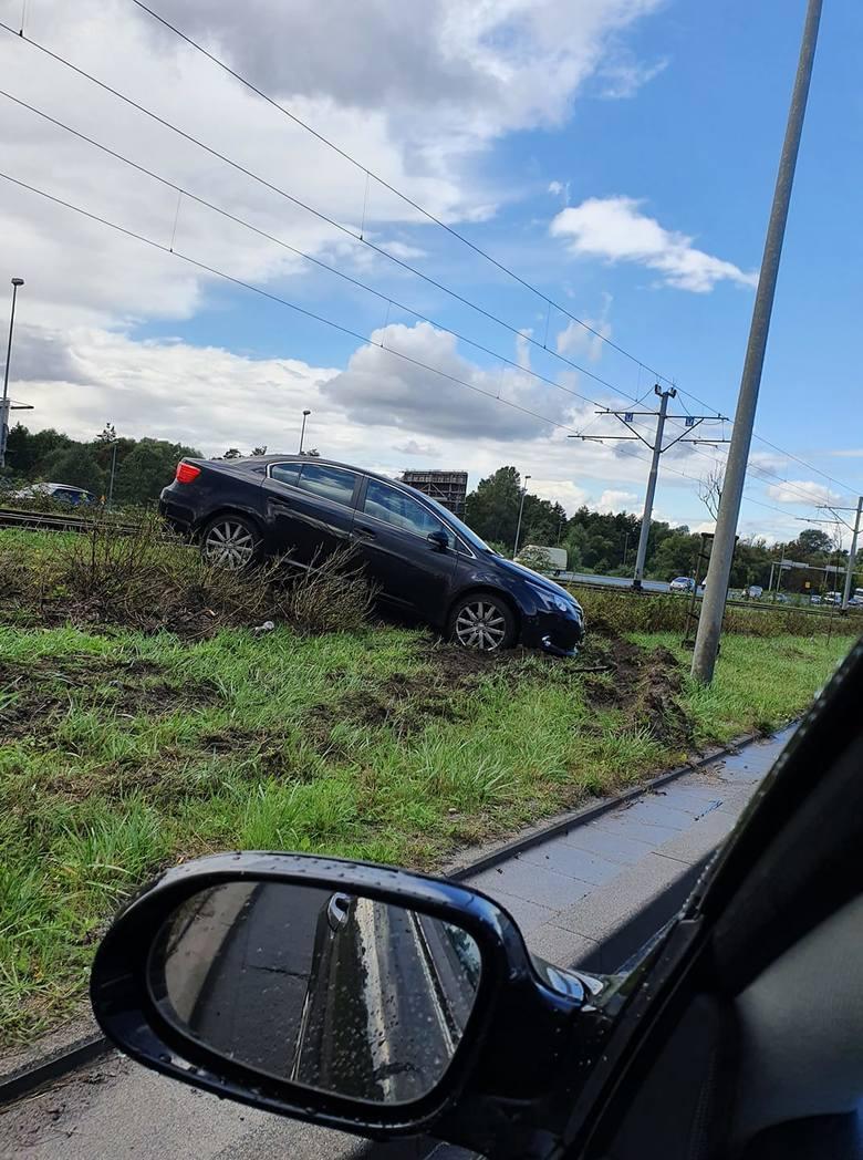 Wypadek na Basenie Górniczym w Szczecinie. Samochód osobowy na torach tramwajowych. Zderzyły się dwie osobówki - 7.09.2020