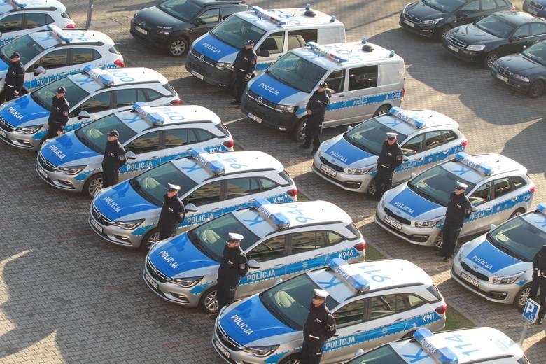 Kluczyki do nowych aut wartych w sumie 3,2 mln zł wręczył policjantom marszałek województwa. Najwięcej nowych pojazdów dostały  posterunki i komisariaty