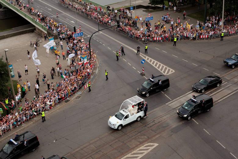 Papież przejechał papamobile z Salwatora na Wawel [ZDJĘCIA, WIDEO]