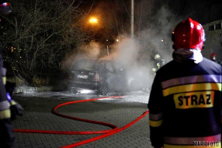 Podpalenie to prawdopodobna przyczyna pożaru samochodów w Opolu w środę wieczorem. Sprawcy szuka policja. Strażacy zostali wezwani do pożaru przy ulicy