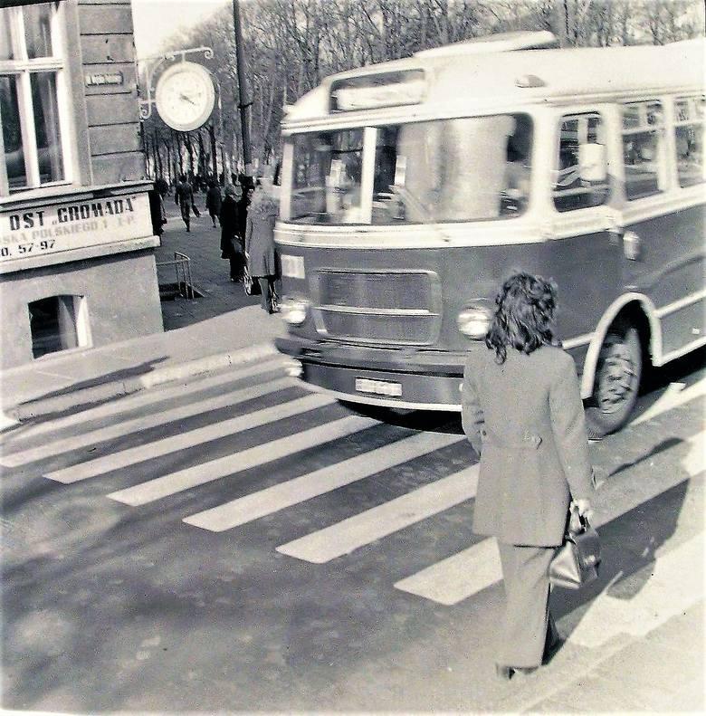 Wiosna 1974 roku, narożnik al. Wojska Polskiego i Sienkiewicza jeszcze z jednokierunkową jezdnią do dworca PKP