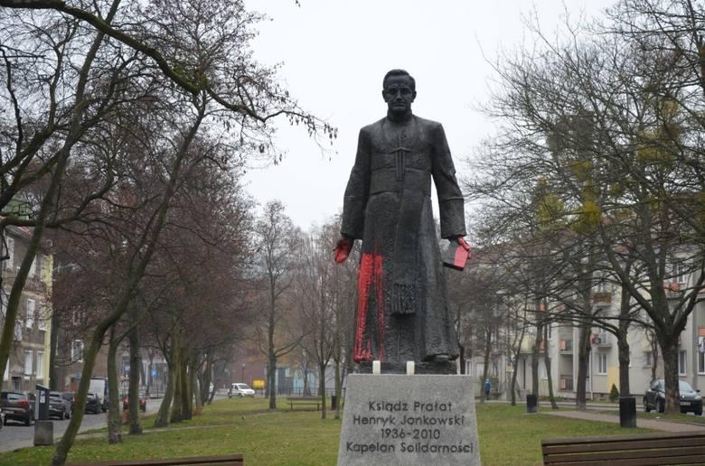 Pomnik ks. Henryka Jankowskiego w Gdańsku oblany farbą. Na miejscu pracuje policja [6.12.2018]
