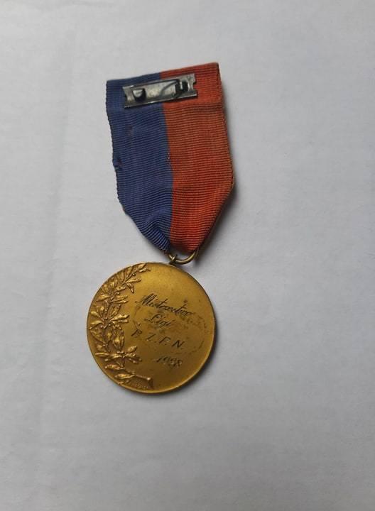 To prawdziwy rarytas, jeśli chodzi o wiślackie trofea. Medal za drugie w historii klubu mistrzostwo Polski z 1928 roku. Ten konkretny egzemplarz należy