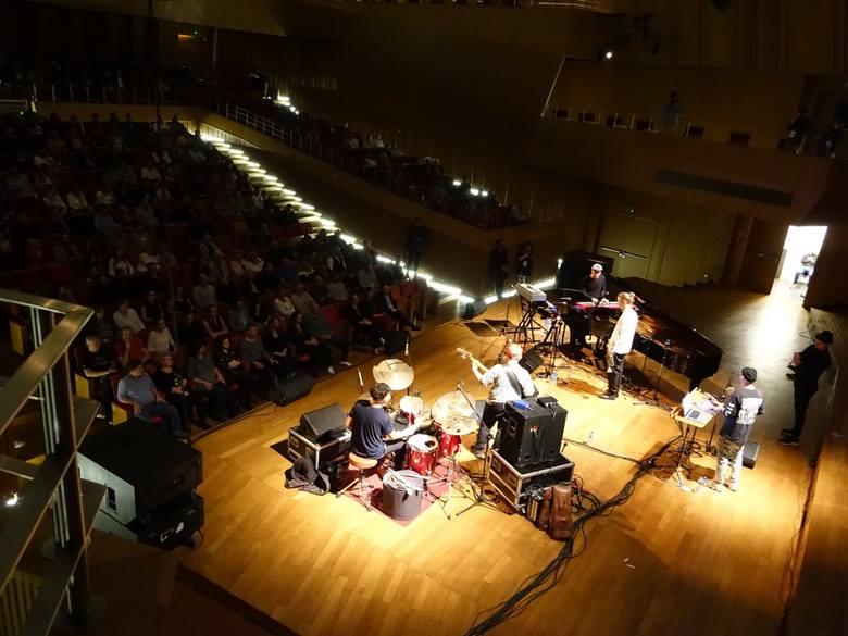 W środę wieczorem w Filharmonii Koszalińskiej rozpoczął się Good Vibe Festival. Imprezę otworzył EABS, uznawany obecnie za jeden z najciekawszych zespołów