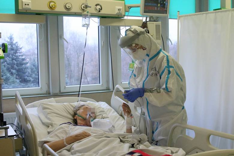 Przemęczeni, lekceważeni przez władzę, ratujący ludzkie życia – po rok pracy na pierwszej linii frontu walki z COVID-19 część medyków ma dość. W Krakowie