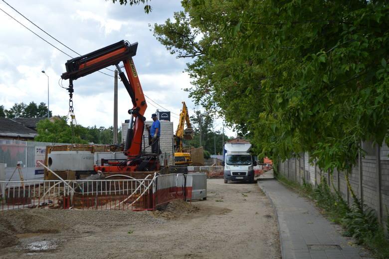Paraliż komunikacyjny w rejonie Helenówka trwa. Budowa kanalizacji idzie jak krew z nosa...